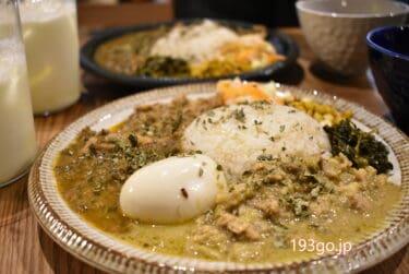 【下北沢】新たな間借りカレー「胡粋(こすい)」金~日の週3ランチタイムにオープン 3種盛りに卵トッピングで華やかに